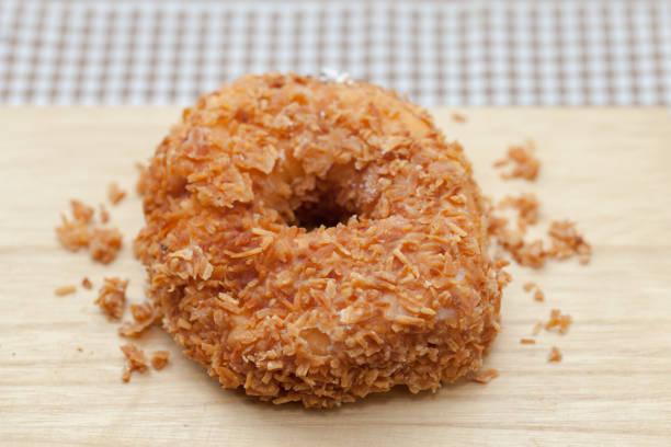 구운 코코넛 도넛형의 클로즈업 스톡 사진