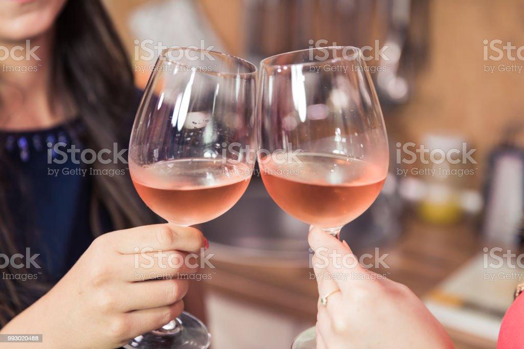 Nahaufnahme von Toasten mit Wein. – Foto