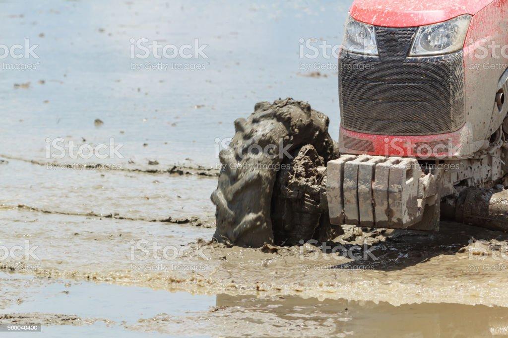 Nahaufnahme von Traktor Pflügen im Reisfeld - Lizenzfrei Agrarbetrieb Stock-Foto