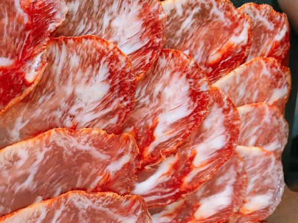치료 하는 전통적인 스페인이 베 리코 돼지 허리 소시지 조각 스페인 문화 닫습니다 - 이베리아 반도 뉴스 사진 이미지