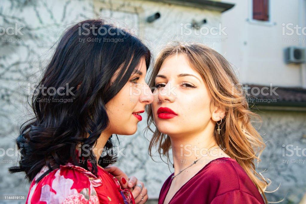 Bi and lesbian dating