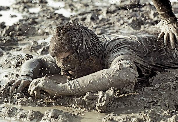 Gros plan de deux hommes combats dans la boue - Photo