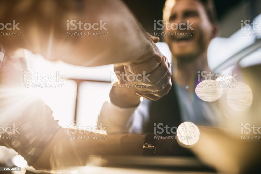 Close up of two men came to an agreement. - foto stock