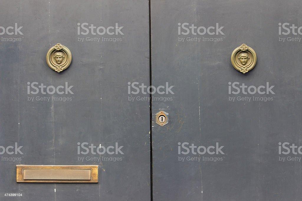 Primo piano di due porte vecchio rustico - foto stock