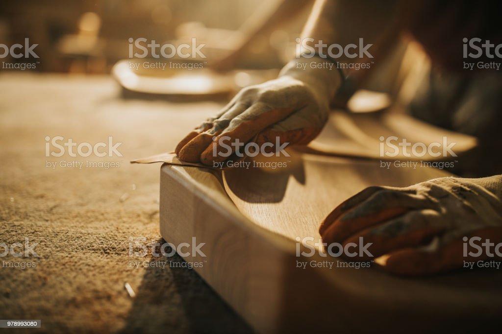 Nahaufnahme von unkenntlich Zimmermann Wiederherstellung ein Holz mit Schleifpapier. – Foto