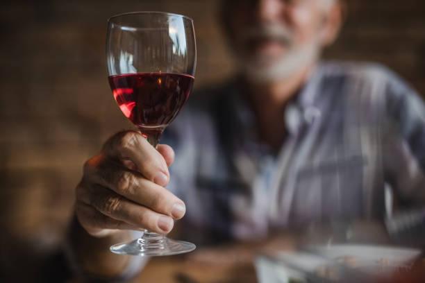 kırmızı şarap tutan tanınmaz komuta sizde yakın çekim. - i̇çki stok fotoğraflar ve resimler