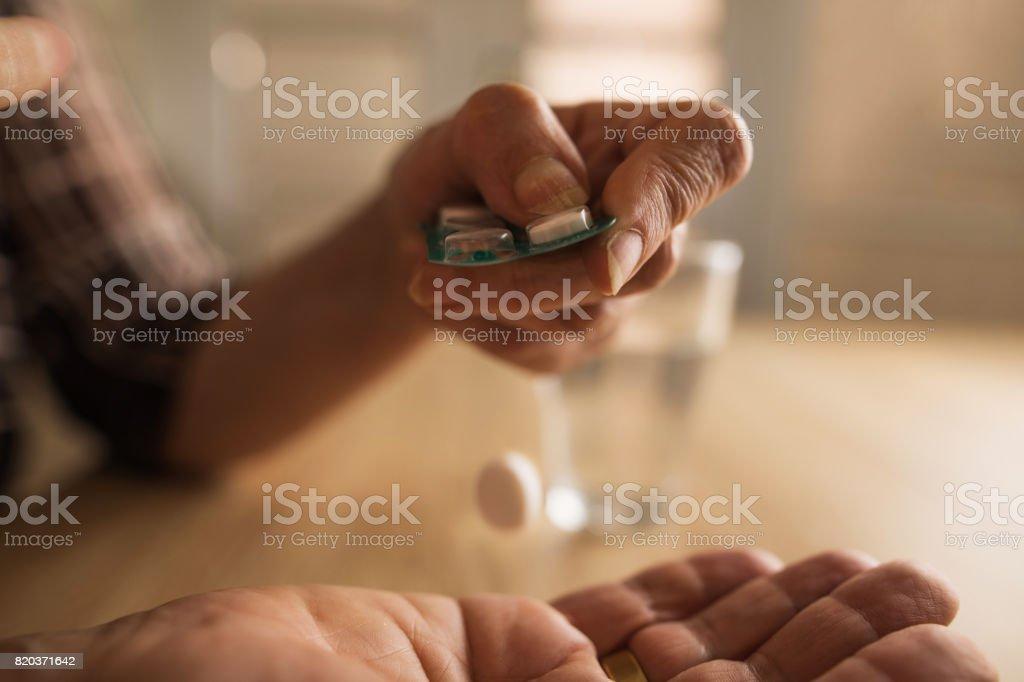 Nahaufnahme von unkenntlich leitende Person eine Pille. – Foto