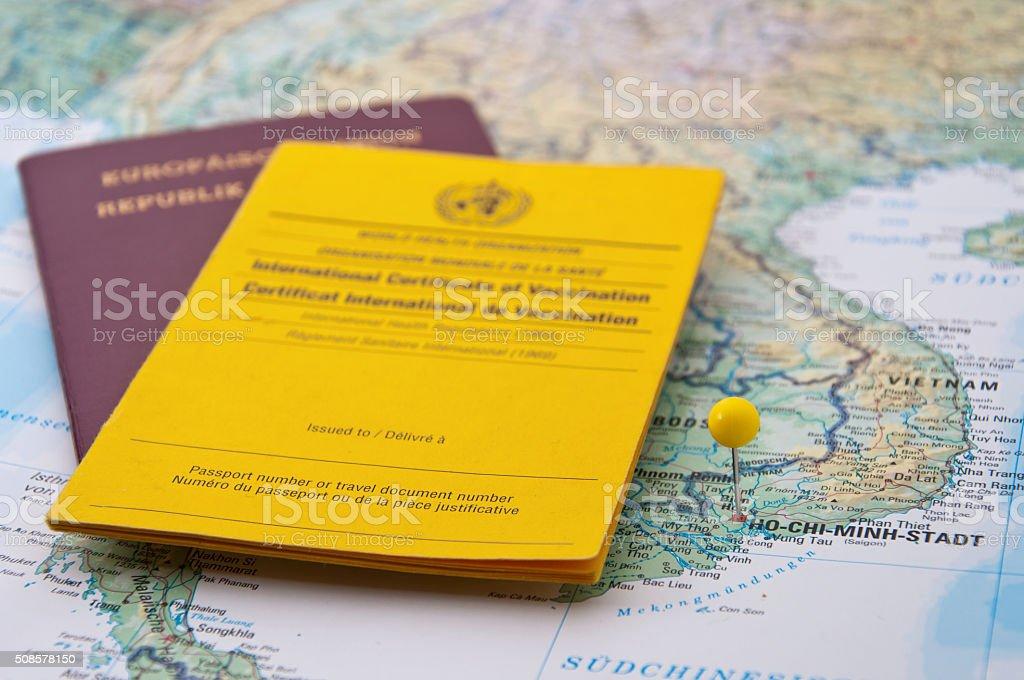 Nahaufnahme von Impfbescheinigung, Reisepass, Ho-Chi-Minh-Pin - Lizenzfrei Dokument Stock-Foto