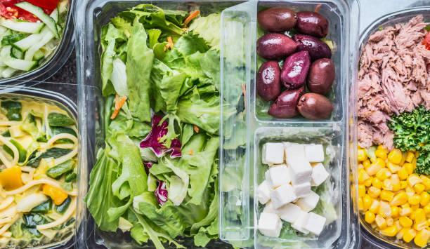 nahaufnahme von verschiedenen gesunden gemüse-salat-lunch-boxen in kunststoff-behältern, ansicht von oben - mittagspause schild stock-fotos und bilder