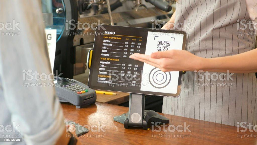 Nahaufnahme der Kellnerin Hand zeigt Kaffee-Menü auf digitalen Tablet s to Kunden für die Bestellung an der Theke Coffeeshop, kleine Unternehmen Essen und Trinken Konzept - Lizenzfrei Auslage Stock-Foto