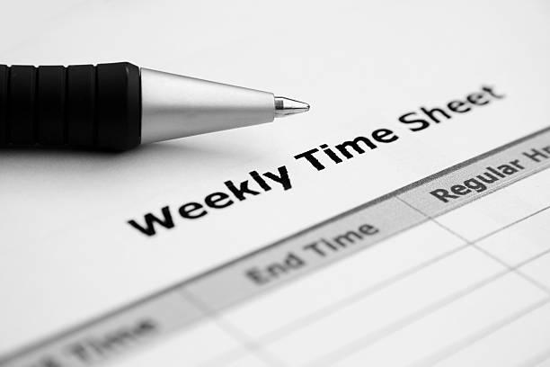 Nahaufnahme des wöchentlichen Zeit Blatt mit Stift – Foto