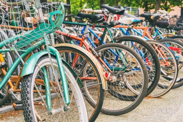 nahaufnahme der räder von fahrrädern - fahrradhalter stock-fotos und bilder