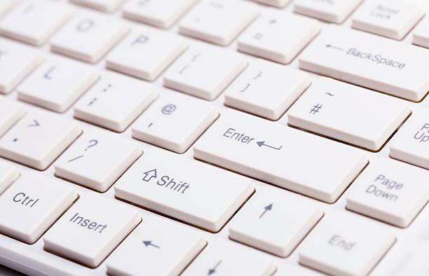 Primer plano de teclado de ordenador blanco dispositivo de entrada - foto de stock