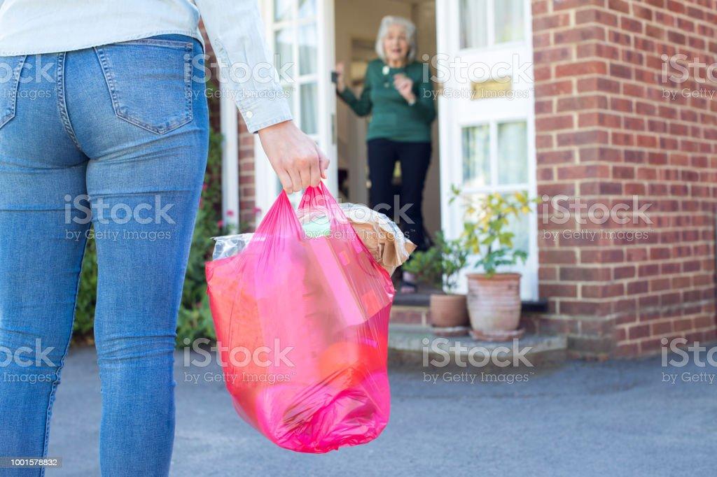 Close Up Of Woman Doing Shopping For Senior Neighbor - Royalty-free 20-29 Anos Foto de stock