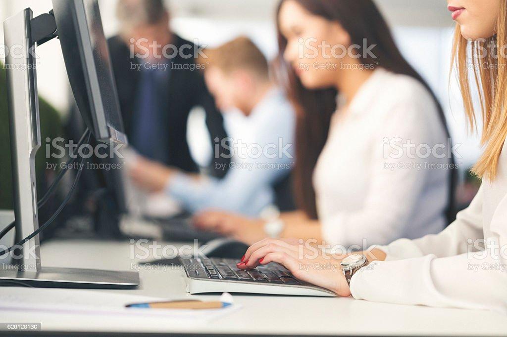 Nahaufnahme einer Frau Hand Tippen auf der Tastatur – Foto