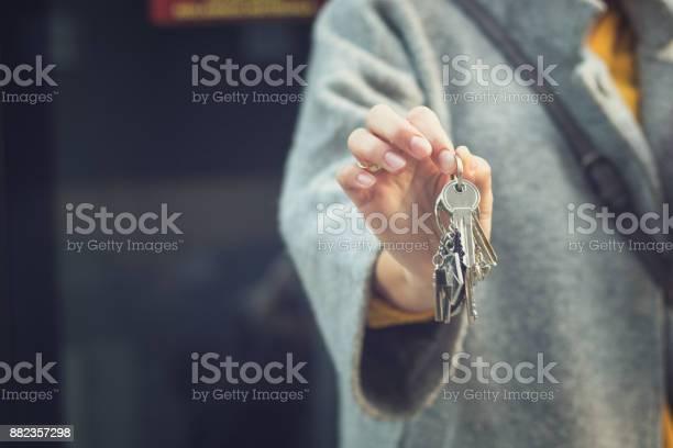 Nahaufnahme Von Frau Die Schlüssel Für Ihr Neues Zuhause Stockfoto und mehr Bilder von Anfang