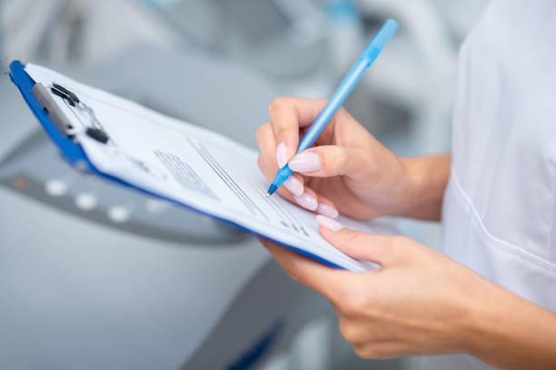 Nahaufnahme der Frau hält Stift, während Notizen nach dem Sehen Client – Foto