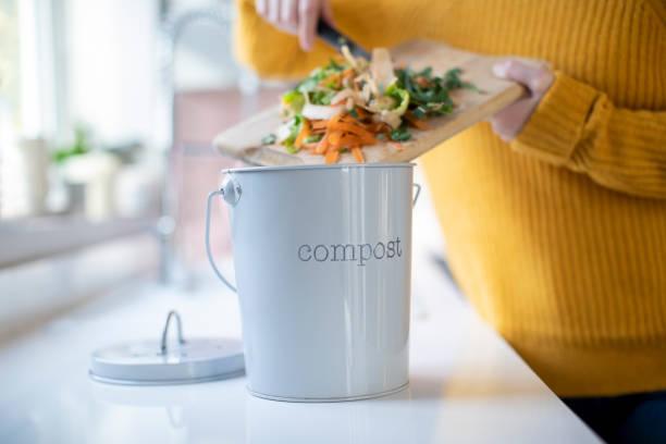 Nahaufnahme der Frau machen Kompost aus GemüseReste in der Küche – Foto