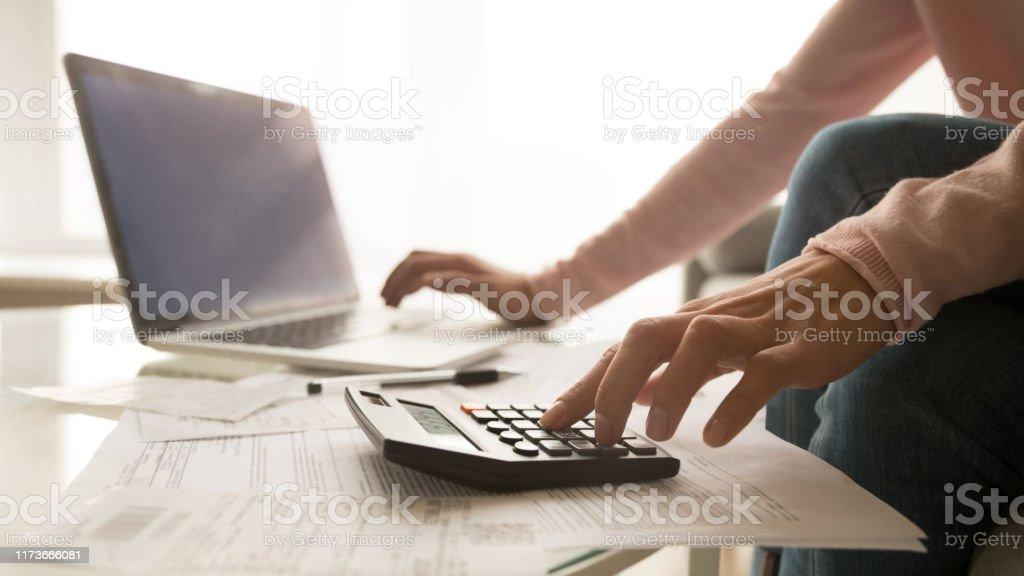 Крупным планом женщина управления счета за коммунальные услуги - Стоковые фото Анализировать роялти-фри