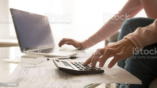 Крупным Планом Женщина Управления Счета За Коммунальные Услуги — стоковые фотографии и другие картинки Анализировать