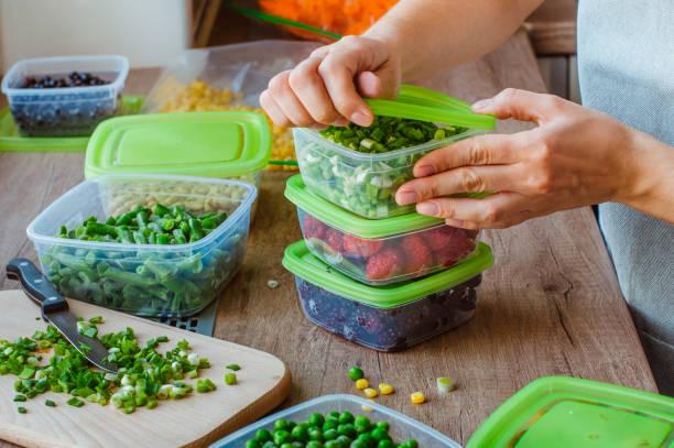 närbild av kvinna förbereder plast matlådor - behållare bildbanksfoton och bilder