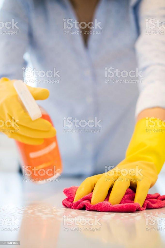 Nahaufnahme von Frau mit Spray polnische Küche Oberfläche sauber – Foto