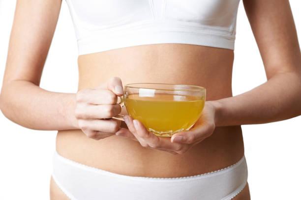 nahaufnahme von frau unterwäsche trinken von grünem tee - grüner tee koffein stock-fotos und bilder