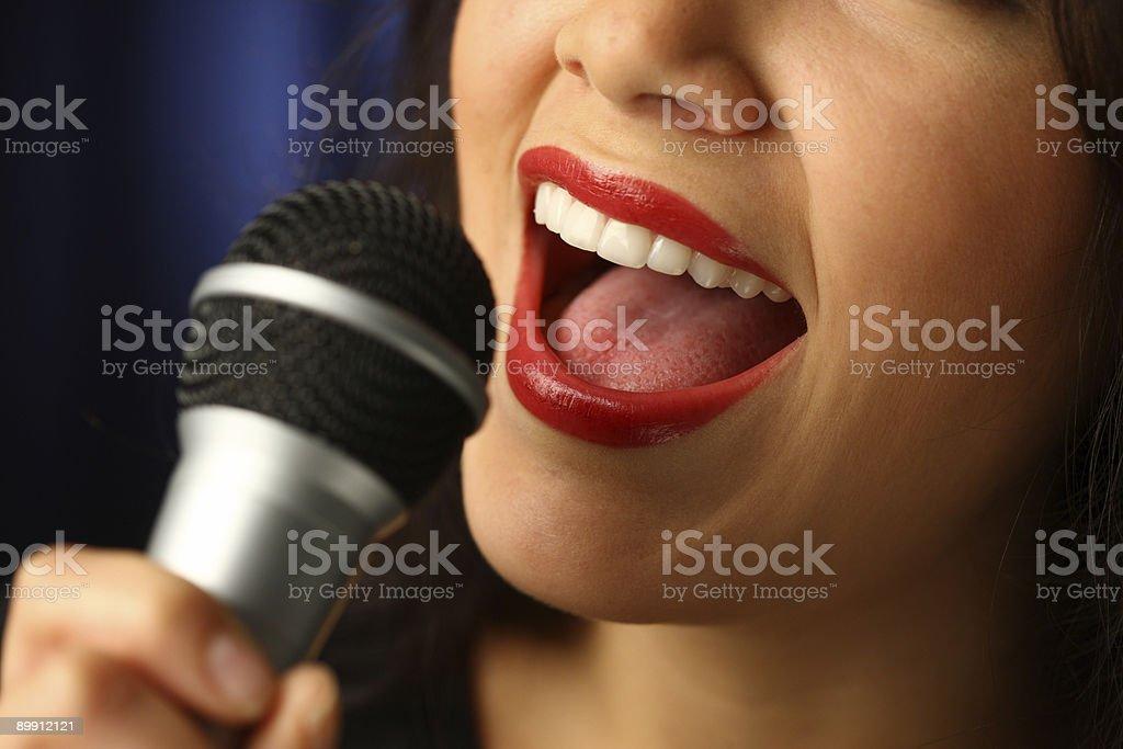 Nahaufnahme des Mundes singen mit Mikrofon Lizenzfreies stock-foto