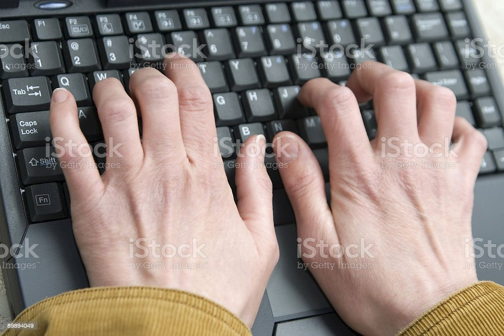 Close up of woman's hands on teclado foto de stock libre de derechos