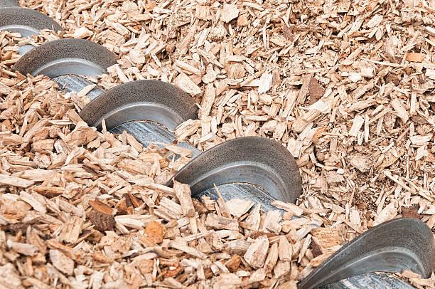 plano aproximado de lasca de madeira auger para biomassa caldeira - desperdício alimentar imagens e fotografias de stock