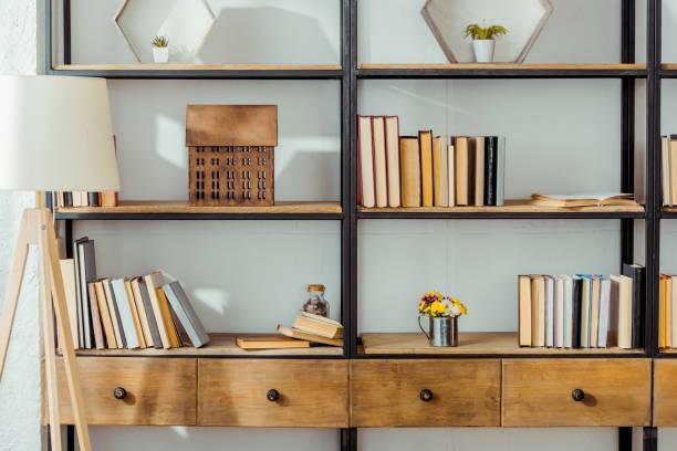 close up van houten rek met boeken in woonkamer - boekenplank stockfoto's en -beelden