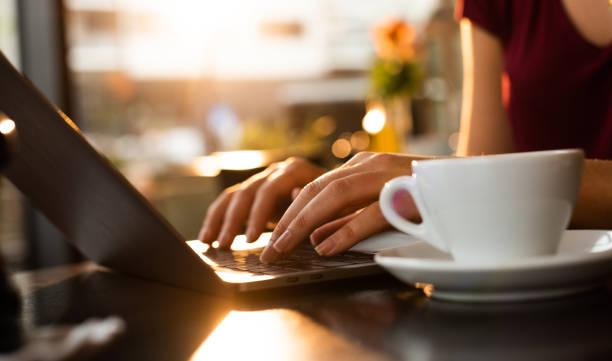 feche-se de trabalhar no laptop. - working in café - fotografias e filmes do acervo