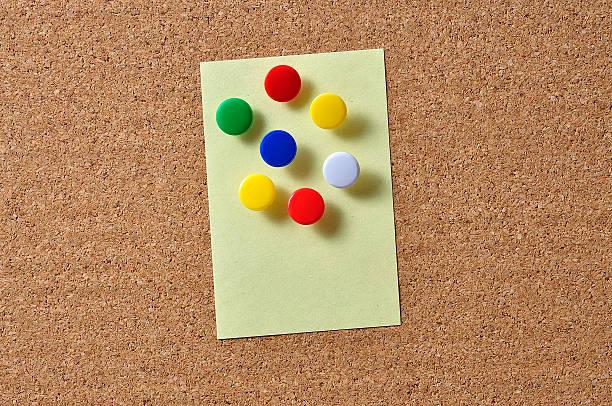 Nahaufnahme von gelbe Hinweis mit Push-Pins an Bord – Foto