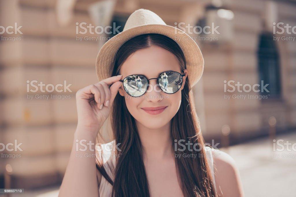 Gros plan de jeune jolie fille souriante en miroir lunettes de soleil et  chapeau à la 73f0e28ea1ba