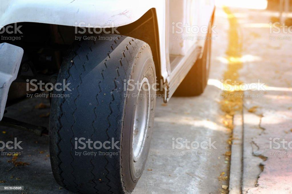 Alte Autoreifen beschädigt hautnah und abgenutzte schwarze Reifen treten. Unfall, Gefahr der Lauffläche verbleibenden ändern Sie Zeit Probleme. – Foto