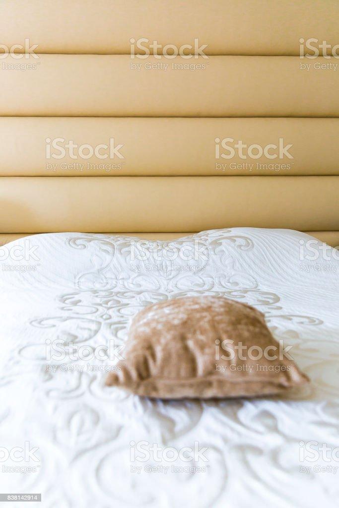 couvre lit et tete de lit assorti Photo de Gros Plan Sur Un Lit Avec Tête De Lit Rembourrée Beige Et  couvre lit et tete de lit assorti