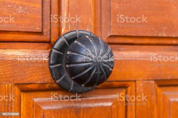 Foto de Closeup Em Uma Maçaneta Redonda Com Elementos Decorativos Decoração Da Porta e mais fotos de stock de Antigo