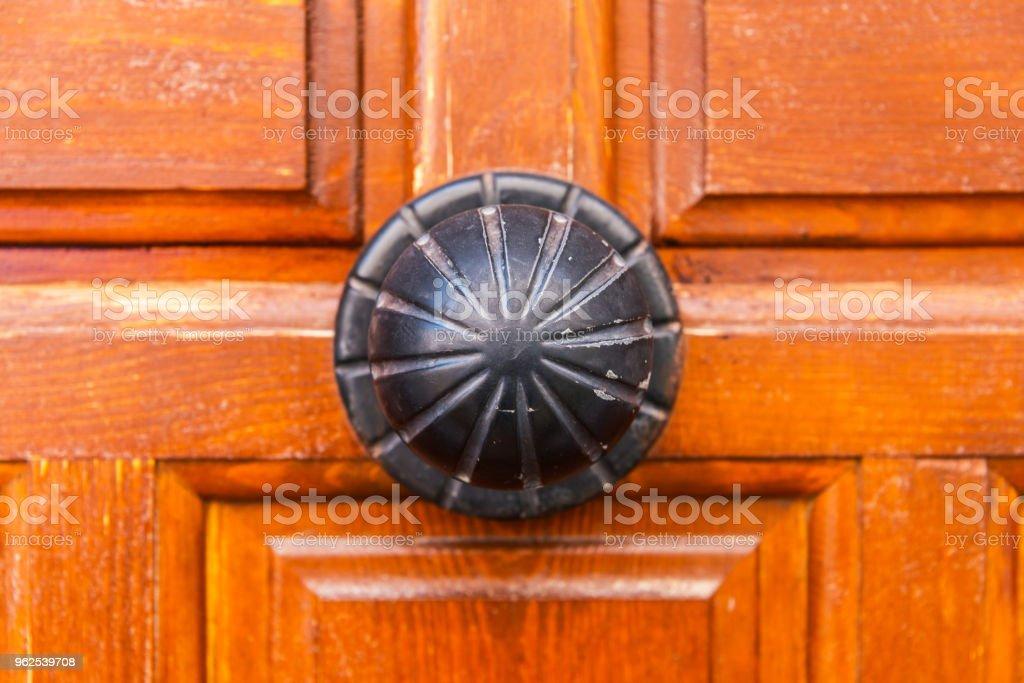 close-up em uma maçaneta redonda com elementos decorativos, decoração da porta - Foto de stock de Antigo royalty-free