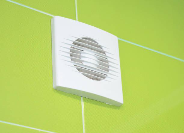 Close-up op Bad ontluchter ventilator. Badkamer ventilatiesysteem. foto
