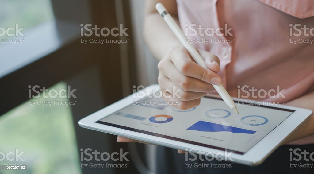 close up on businesswoman manager hand using stylus pen for writing or comment on screen dashboard tablet in meeting situation about company's performance , technology and business strategy concept - Foto stock royalty-free di Affari