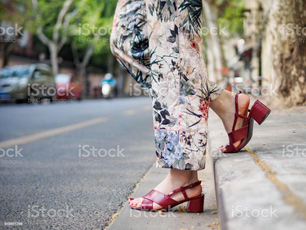 Rote Sandalen Füßen Städtische Hautnah Der Mädchens In Stadt Des Auf yYvgbf76