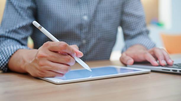 nahaufnahme auf grafik-designer-studenten handzeichnung auf digitalem tablet-bildschirm für das erstellen und lernen von kunstwerken formular webinar der bildung online-konzept - produktdesigner stock-fotos und bilder
