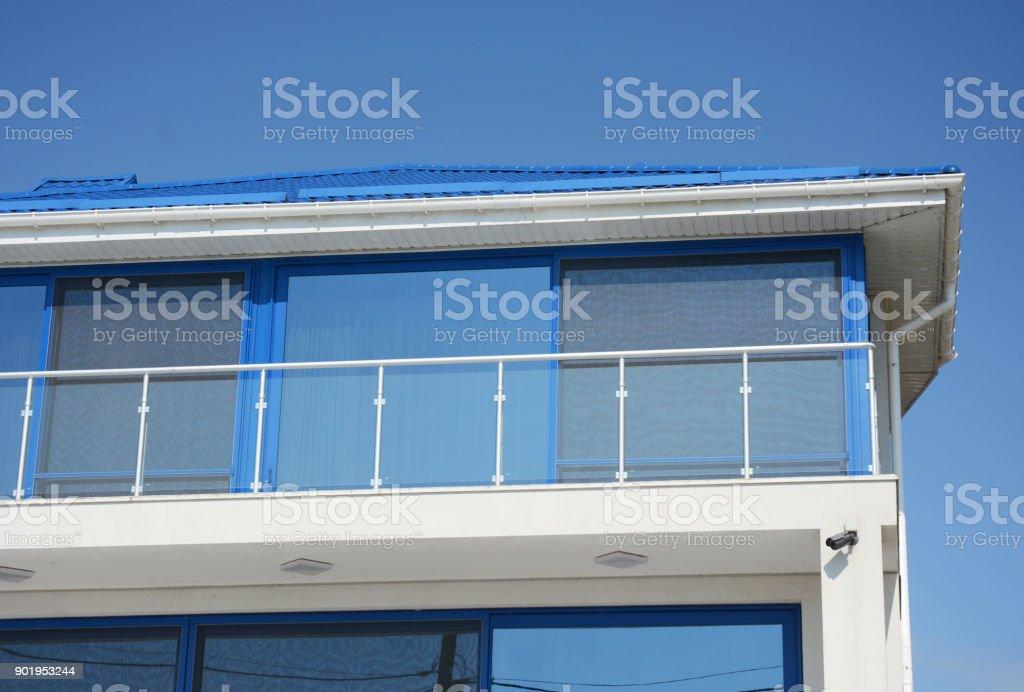 Hautnah Am Haus Jalousien Sonnenschutz Mit Glas Balkon Fenster Im ...