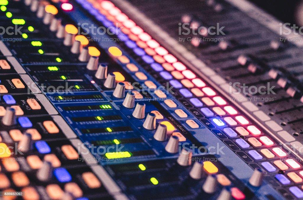 Close-up na mesa de som iluminada - foto de acervo
