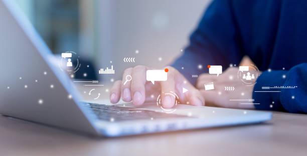 крупным планом на руку человека с помощью вкладки площадку на ноутбуке для работы о футуристический социальных медиа значок маркетинга дл� - сообщение стоковые фото и изображения