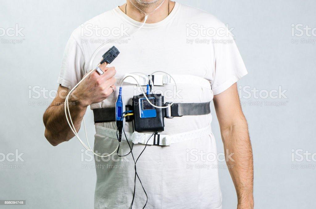 Hautnah auf der Brust des Mannes trägt einen Schlaf-Apnoe-monitor – Foto
