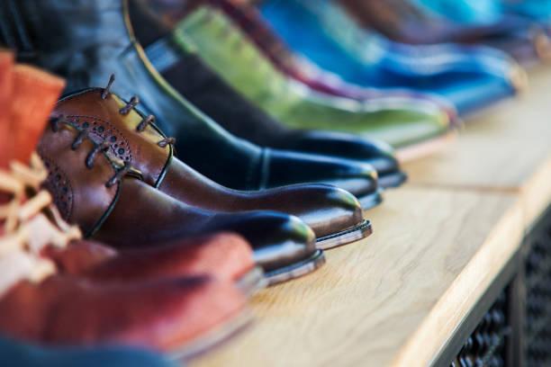 close-up op mens lederen schoenen in de rij - shoe stockfoto's en -beelden