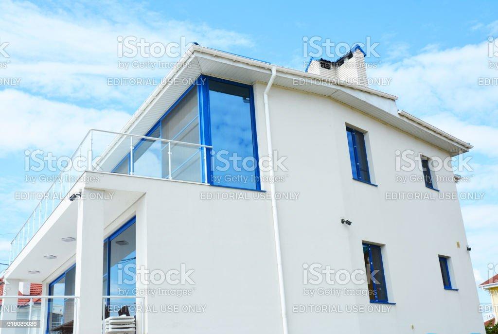Gros plan sur une maison moderne avec stores de protection - Stores volets roulants maison plus moderne ...