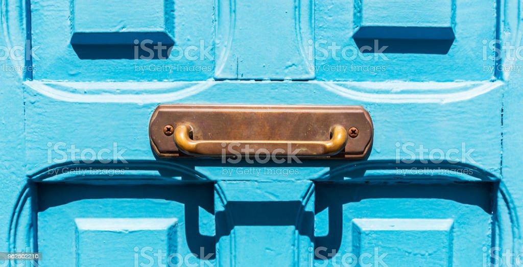 close-up na maçaneta da porta de bronze velho na forma de um retângulo, decoração da porta - Foto de stock de Antigo royalty-free