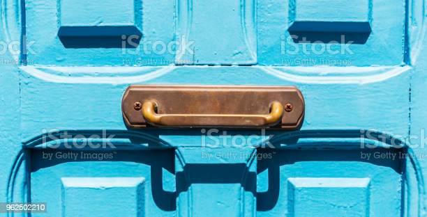 Foto de Closeup Na Maçaneta Da Porta De Bronze Velho Na Forma De Um Retângulo Decoração Da Porta e mais fotos de stock de Antigo